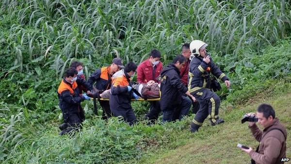 Cứu hộ đưa một nạn nhân lên bờ. (Ảnh: AFP)