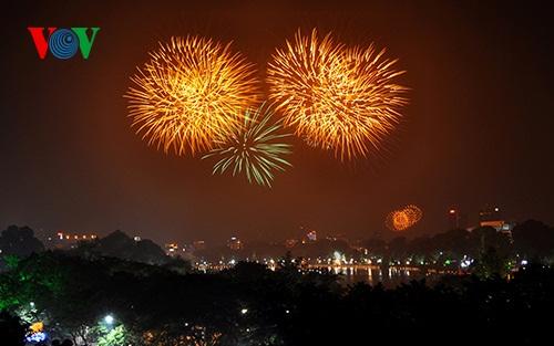 Để chào đón năm mới Ất Mùi 2015, thành phố Hà Nội sẽ tổ chức bắn pháo hoa tầm cao ở 5 điểm.