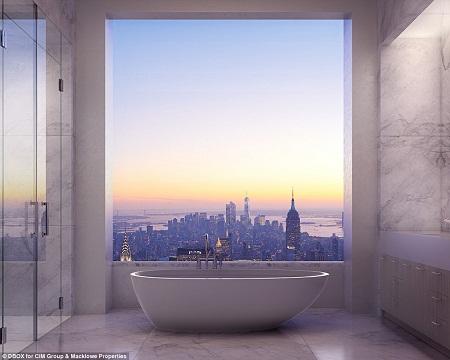 Phòng tắm lát đá cẩm thạch trắng với cửa sổ lớn giúp vị chủ nhân có thể chiêm ngưỡng toàn cảnh thành phố New York.