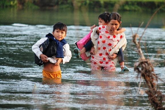 Em Đinh Văn Khánh học sinh lớp 5 Trường Tiểu học An Trung bì bõm lội sông Đinh đến trường