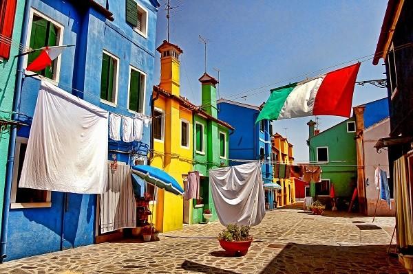 Làng Burano nằm trên một hòn đảo cùng tên, ở phía bắc Venetian, mất khoảng 40 phút đi thuyền từ thành phố Venice.
