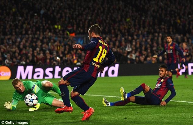 Messi chuyền bóng tinh tế giúp Jordi Alba đối mặt với Joe Hart song hậu vệ người Tây Ban Nha cũng chẳng biết làm thế nào đưa được bóng vào lưới.