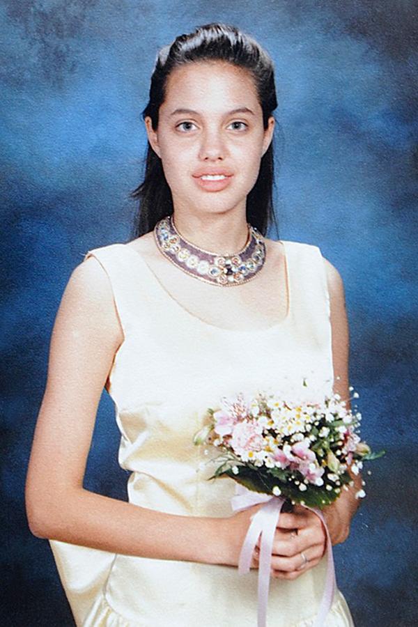 Angelina Jolie có gương mặt khá ngố tàu thời niên thiếu. Thời ấy, cô thường bị bạn bè trêu chọc vì đôi môi dày.