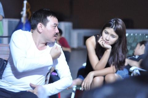Đạo diễn Bá Vũ và diễn viên Kim Tuyến trên phim trường Ngủ với hồn ma.