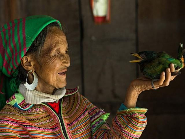 Người H'mong sống ở miền núi phía Bắc Việt Nam. Trang phục người H'mong rất khác biệt. Người H'mong Đen là quần áo xanh chàm còn người H'mong Hoa là trang phục nhiều màu.
