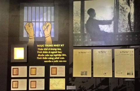 Hình ảnh Chủ tịch Hồ Chí Minh với bài thơ Nhật ký trong tù (Ngục trung nhật ký) được minh họa bằng hình ảnh đôi bàn tay sau song sắt nhà tù.