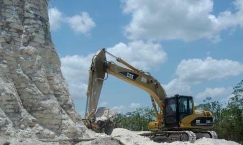 Kim tự tháp Maya ở di chỉ Nohmud (Belize) chỉ còn trơ lại lõi sau khi các sườn của công trình này đã bị máy ủi lấy đá làm đường.