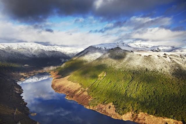 Vườn quốc gia Kahurangi, New Zealand là vườn quốc gia lớn thứ nhì trong số 14 vườn quốc gia của New Zealand. Nơi đây nổi tiếng với vẻ đẹp thiên nhiên đa dạng và hoang dã