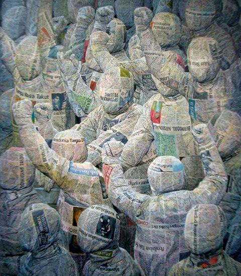 Tác phẩm Bonek (sơn dầu, 95 x 110 cm, 2014) của Budi Ubrux, vẽ công phu, sinh động như cuốn từ giấy báo.