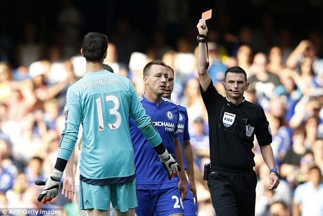 Coutois nhận thẻ đỏ trong trận hòa của Chelsea trước Swansea