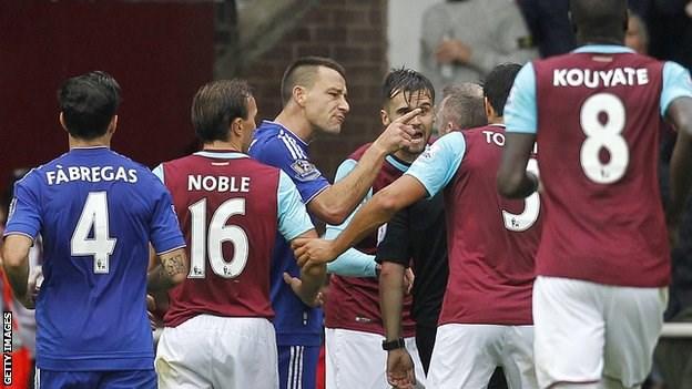 Chelsea và West Ham đều có những phản ứng thái quá với trọng tài John Moss