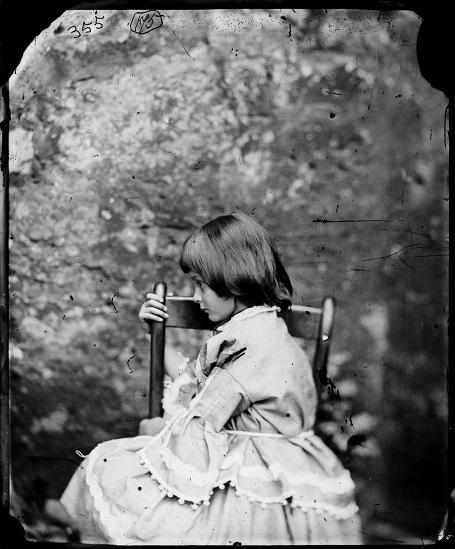 Cô bé Alice Liddell năm 6 tuổi. (Ảnh chụp năm 1858)