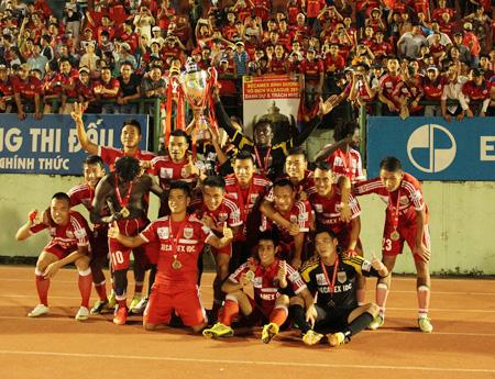 Chiếc cúp vô địch V-League 2015 sẽ có giá 3 tỷ đồng (ảnh: Kim Điền)