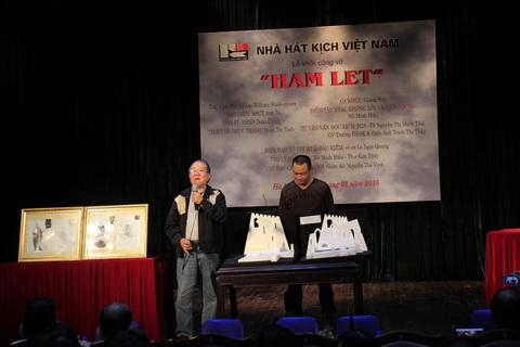 Đạo diễn Anh Tú và họa sĩ sân khấu Doãn Châu giới thiệu về vở diễn.