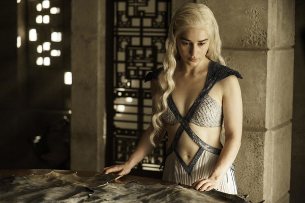 Nhân vật Daenerys Targaryen nóng bỏng trong chiếc váy có những đường cắt xẻ táo bạo.