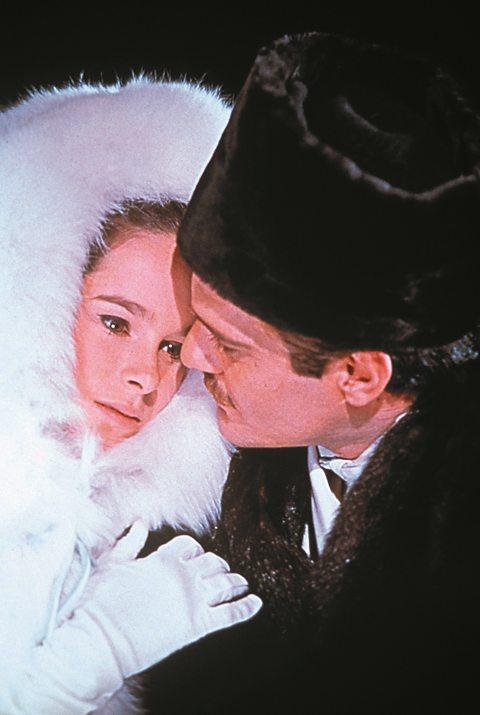 Omar Sharif, vai bác sĩ Zhivago và Julie Christie, vai Lara, trong phim Bác sĩ Zhivago.