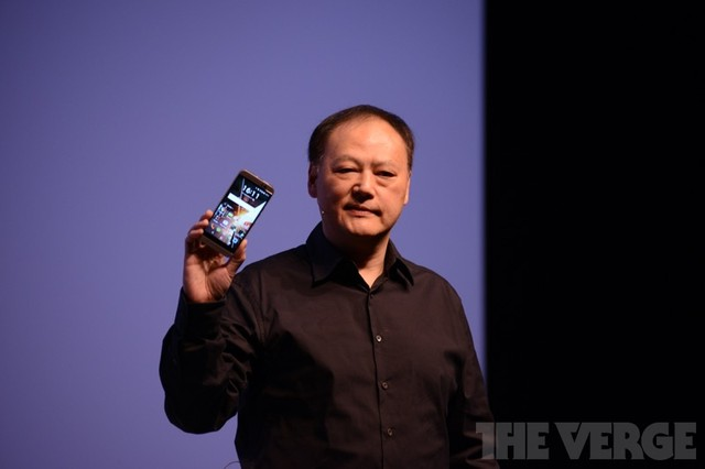 CEO của HTC - Peter Chou với chiếc HTC One M9 trên tay