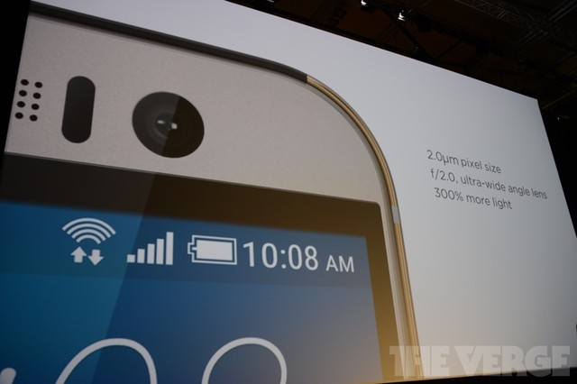 Camera trước của sản phẩm sử dụng ống ngắm góc siêu rộng, hỗ trợ chụp selfie trong điều kiện thiếu sáng (Ảnh: The Verge)