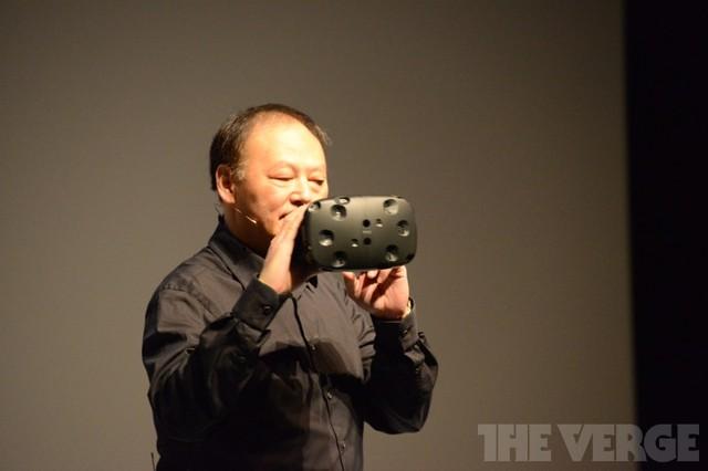 Peter Chou và chiếc kính thực tế ảo HTC Re Vive (Ảnh: The Verge)