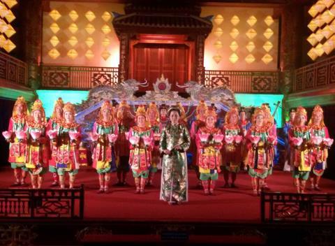 Biểu diễn Nhà nhạc Huế (Âm nhạc cung đình Việt Nam) tại nhà hát Duyệt Thị Đường.