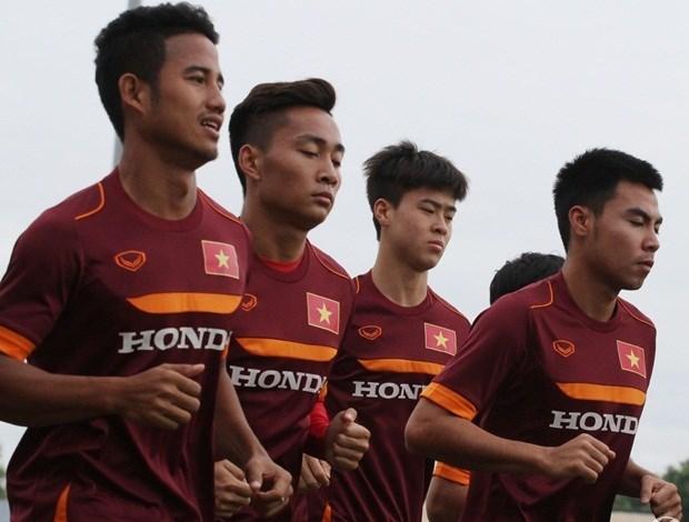 Duy Mạnh (thứ 3 từ trái sang) đã trở lại tập luyện cùng đồng đội