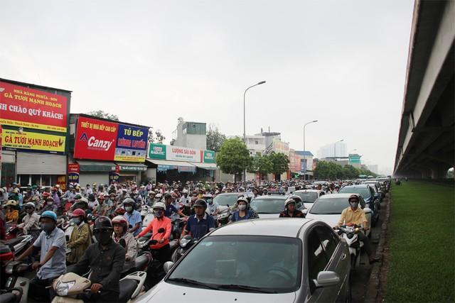 Đường Nguyễn Xiển ùn tắc kéo dài