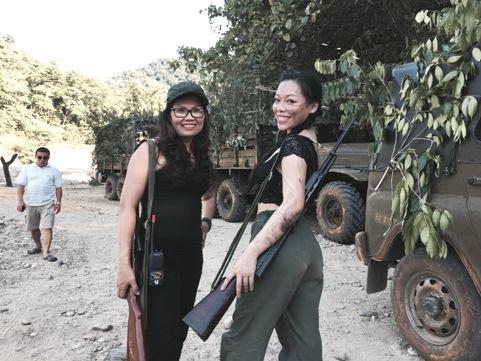 Hà Linh (phải) trên phim trường cùng nữ đạo diễn Việt Hương.