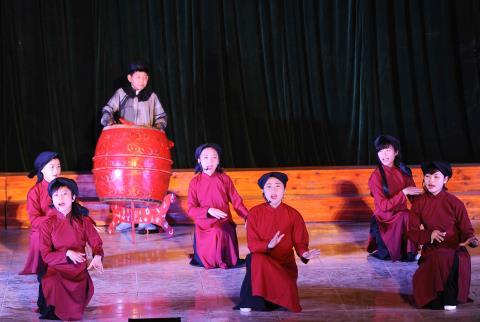 CLB hát Xoan Trường Tiểu học Gia Cẩm biểu diễn tiết mục Đối dẫy cách. (Ảnh: Minh Đức - TTXVN)