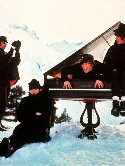 Một cảnh quay các thành viên của The Beatles trong phim Help!.