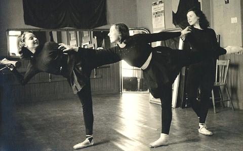 Hepburn trong phòng tập ballet hồi năm 1944.