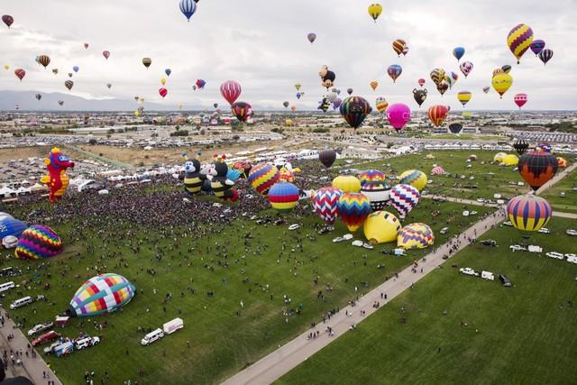 """Thời tiết Albuquerque dễ chịu và ấm áp, thu hút hàng chục ngàn du khách từ nhiều nơi tới chiêm ngưỡng """"những quả bóng khổng lồ"""". Ngày hội năm nay chào đón gần 20 quốc gia tham dự với 500 chiếc khinh khí cầu đủ màu."""