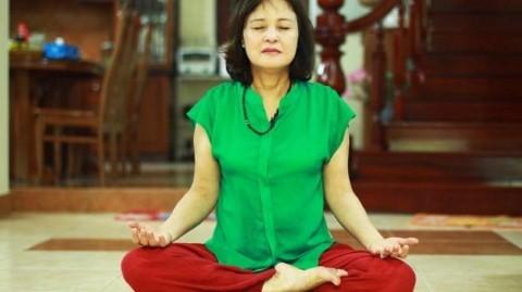 NSND Hoàng Cúc tập yoga tại nhà.