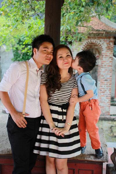 Hoàng Tùng cùng vợ và con trai.