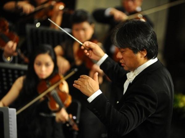 Nhạc trưởng Honna Tetsuji - Nhật Bản chỉ huy dàn nhạc. Ảnh: Hội Nhạc sỹ Việt Nam