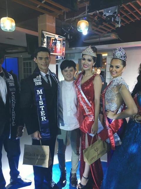 Oanh Yến (váy đỏ) tại cuộc thi Hoa hậu toàn cầu 2015