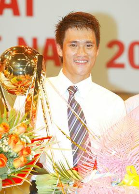 Tiền đạo Công Vinh đã bắt kịp kỷ lục của đàn anh với 3 lần đứng đầu năm 2004, 2006, 2007. Ảnh: Hoàng Hùng