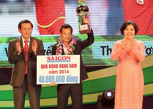 Danh thủ Phạm Thành Lương đoạt Quả bóng vàng Việt Nam năm 2014 (Ảnh: Nhật Anh)
