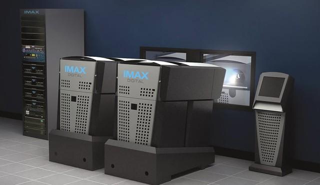 Hai máy chiếu IMAX hoạt động cùng lúc để chiếu phim 3D