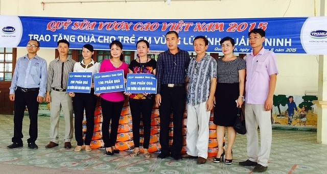 Đại diện Vinamilk đến trao tặng 500 thùng sữa cho ba trường mầm non tại Quảng Ninh. ( Ảnh: Trí Thức Trẻ ).