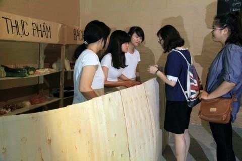 Tái hiện cảnh xếp hàng mua thực phẩm bằng tem phiếu tại triển lãm.