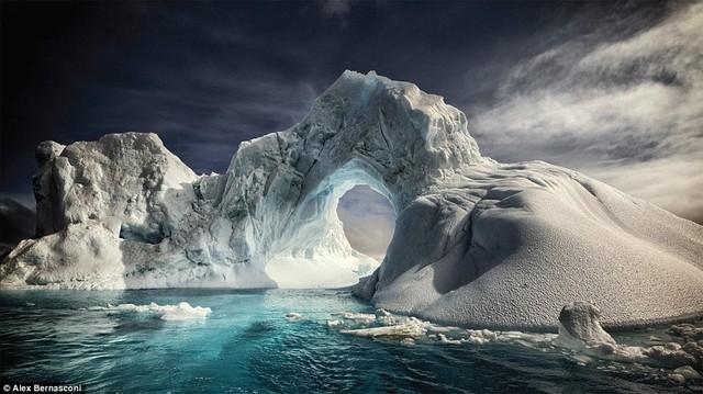 Một tảng băng trôi có hình mái vòm ở gần đảo Paulet