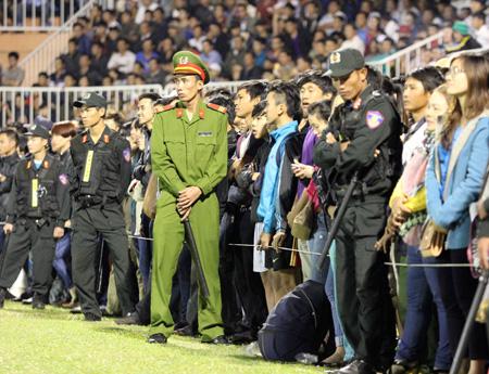 Sân Pleiku quá tải trong ngày khai mạc V-League 2015 (ảnh: Kim Điền)