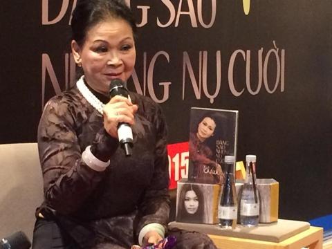 Ca sĩ Khánh Ly bên cuốn sách và bộ đĩa nhạc mới ra mắt của bà.