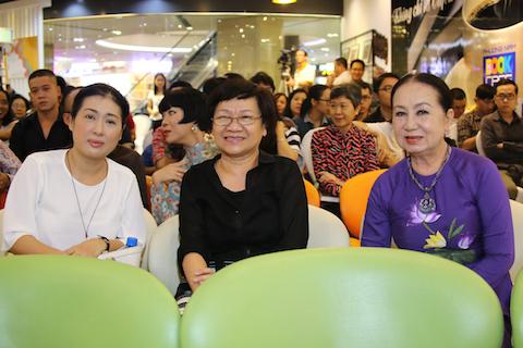 Nghệ sĩ kịch nói Thanh Thủy (trái), nhà báo Nguyễn Thế Thanh và nghệ sỹ Hồng Vân đến tham dự buổi giao lưu của Khánh Ly tại TP.HCM.