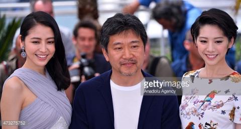 Đạo diễn Nhật Bản Hirokazu Koreeda và 2 diễn viên phim Our Little Sister tại LHP Cannes năm nay.