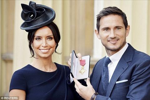Lampard chụp ảnh với huân chương OBE cùng hôn thê Bleakley