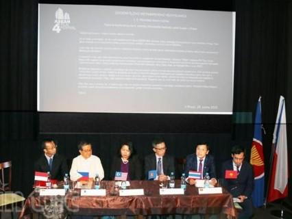 Các đại diện ngoại giao ASEAN tại Praha tham dự họp báo về LHP.