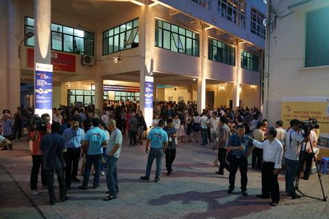 Từ khoảng 18h30, sân của Hãng phim Tài liệu Khoa học Trung ương tại 465 Hoàng Hoa Thám (Hà Nội) rất đông khán giả, khách mời.