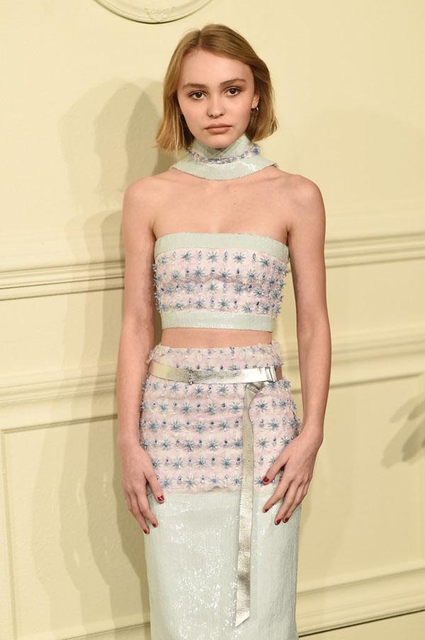 Lily Rose là con gái của tài tử Johnny Depp và người đẹp Vanessa Paradis. Hình ảnh xuất hiện đáng chú ý nhất của cô bé là ở show trình diễn thời trang của hãng Chanel vào tháng 3 vừa qua.