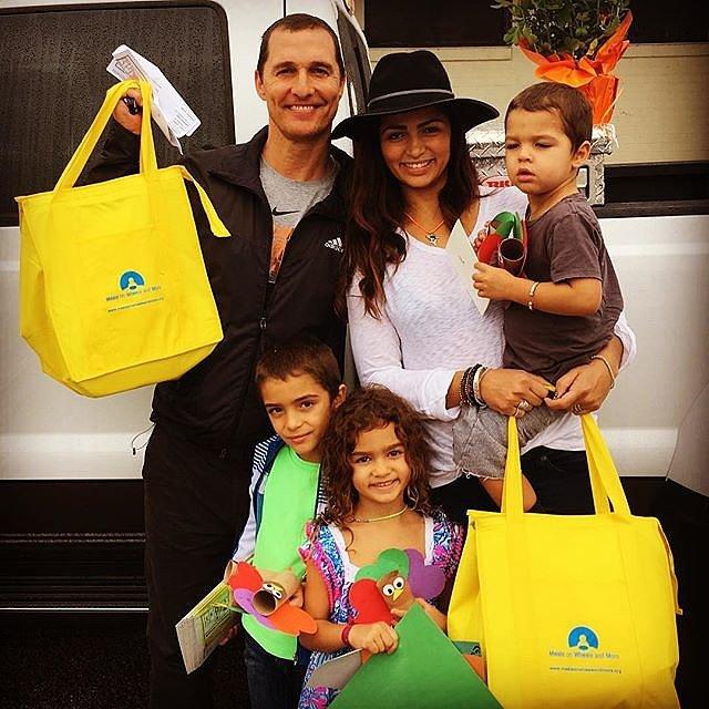 Matthew McConaughey - ngôi sao phim True Detective dành thời gian mua sắm và đón Lễ tạ ơn cùng vợ và các con.